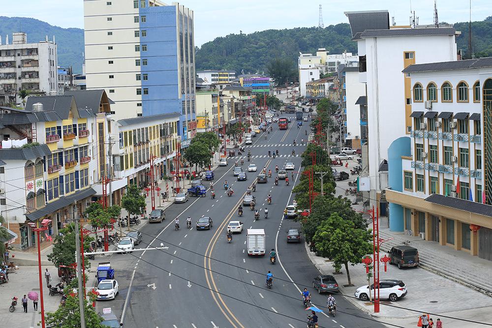 《海南日报》整版专题报道——琼中县城立面改造工程项目